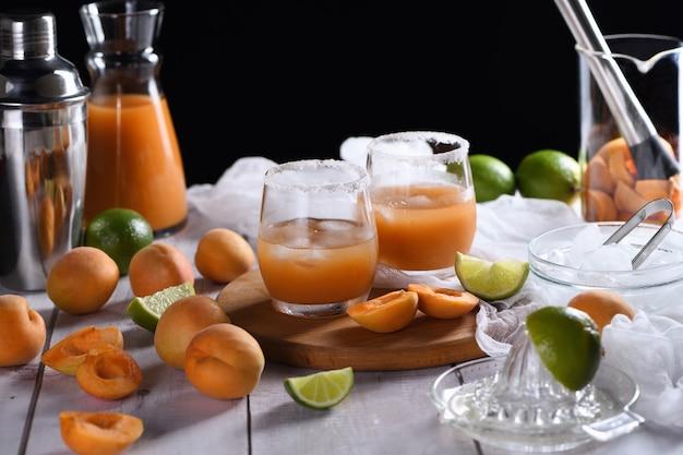 Apricot margarita - frisch hergestellt aus aprikosensaft, limettensaft und tequila. genießen sie diesen leichten, erfrischenden sommerparty-cocktail
