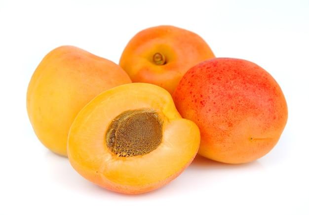 Aprikose auf weißem hintergrund