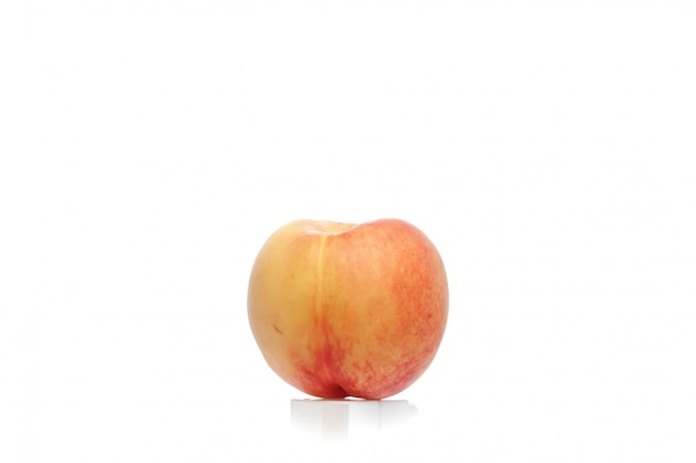 Aprikose getrennt auf weiß