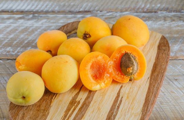 Aprikosen auf holz und schneidebrett. draufsicht.