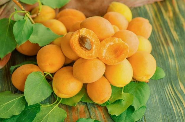 Aprikosen auf holztisch