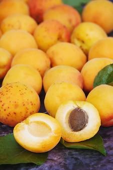 Aprikosen auf weißem hintergrund. selektiver fokus