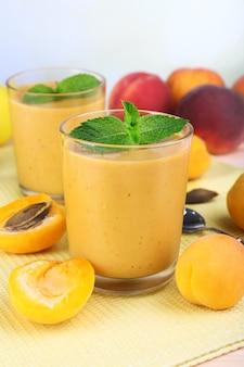Aprikosen-dessert in gläsern auf dem tisch auf grau