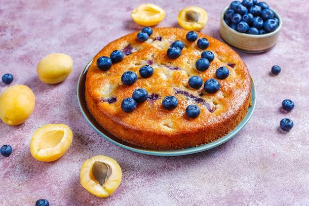 Aprikosen-heidelbeer-kuchen mit frischen blaubeeren und aprikosenfrüchten