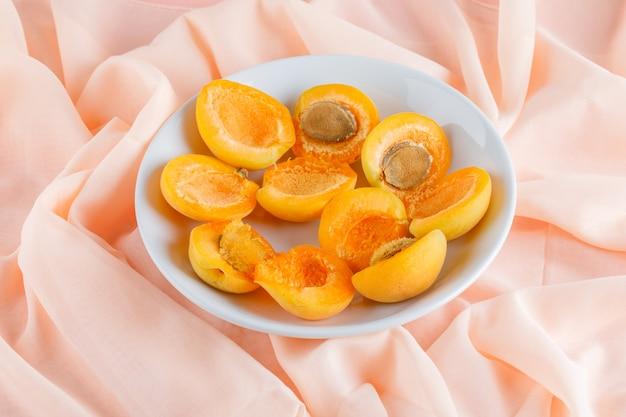 Aprikosen in einem teller. draufsicht.