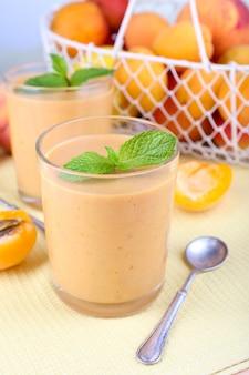 Aprikosendessert in gläsern auf tischnahaufnahme