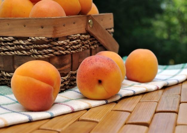 Aprikosenkorb mit streuseln auf dem handtuch