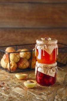 Aprikosenmarmelade auf einem hölzernen rustikalen
