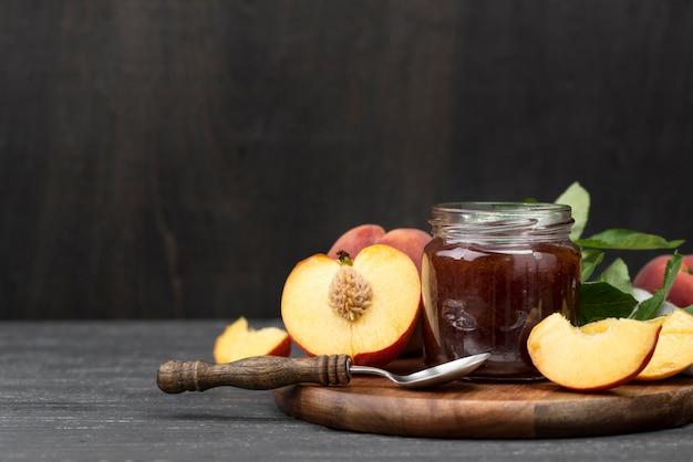 Aprikosenmarmelade in glasanordnung