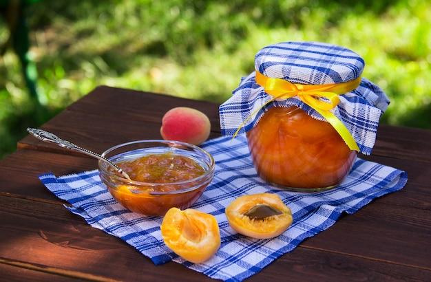 Aprikosenmarmelade in schüssel und glas