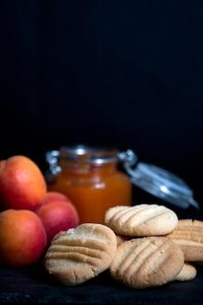 Aprikosenmarmelade und kekse