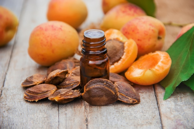Aprikosenöl in einem kleinen glas. selektiver fokus.