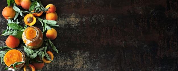 Aprikosensmoothie mit minze. flache lage. gesunder detox smoothie. keto-diät keto-getränke.