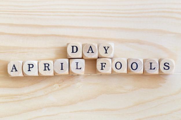 April fools 'day, abschluss herauf das wort auf dem tisch gemacht von den hölzernen buchstaben