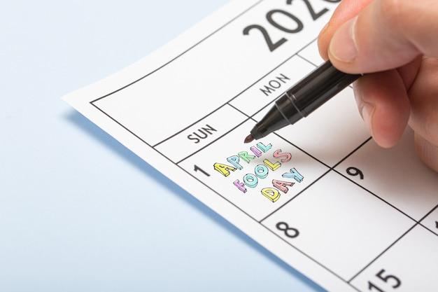 Aprilscherz tag mit einem marker. kalender mit eingeschriebenem datum o