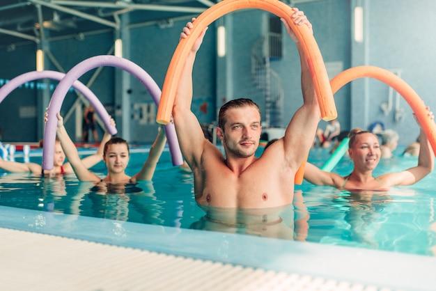 Aqua aerobic-übungen, frauen mit männlichem trainer
