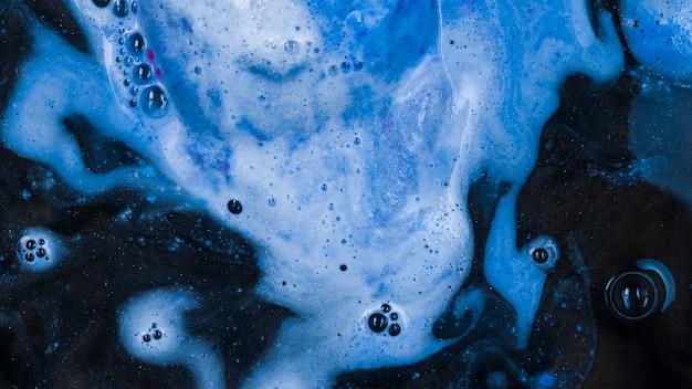 Aquamarin flüssig mit leichtem schaum
