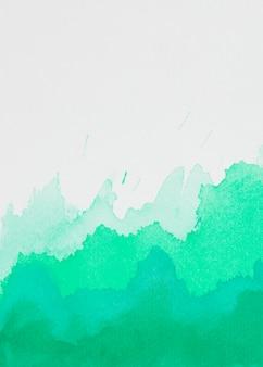 Aquamarinflecken von farben auf weißem papier