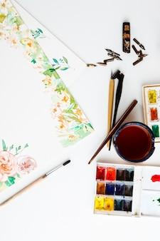 Aquarell malt pinselkunstdetails über weißer wand