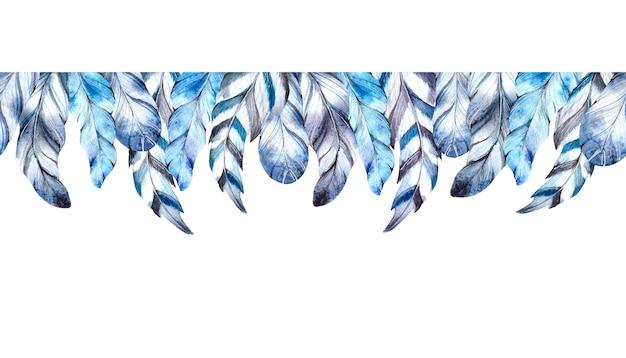 Aquarellblaue federn auf weißem hintergrund.