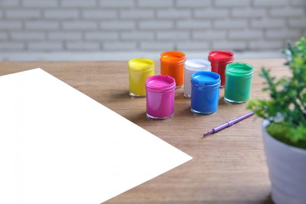 Aquarellfarben, pinsel und weißes papier
