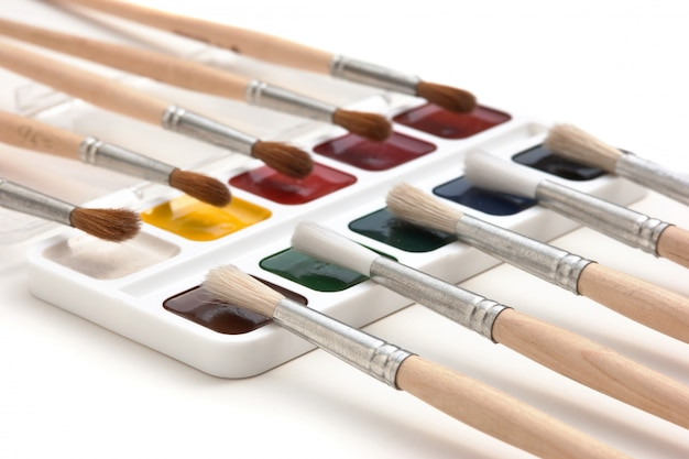 Aquarellfarben und pinsel isoliert