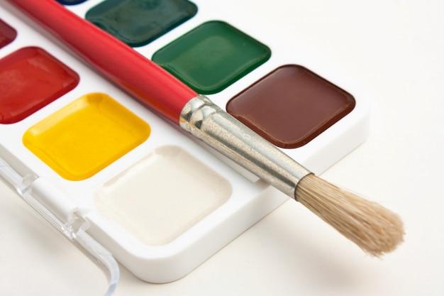 Aquarellfarben und pinsel