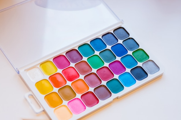 Aquarellfarbkasten. farbe malt mit pinseln. zurück zum schulkonzept. kinder malen konzept. kinderkunst. ansicht von oben. kopieren sie platz.