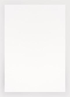 Aquarellpapierbeschaffenheitshintergrund mit beschneidungspfad. weißes papierblatt mit gerissenen kanten, die auf grau isoliert sind. hochwertige textur aus kunstdruckpapier in hoher auflösung.
