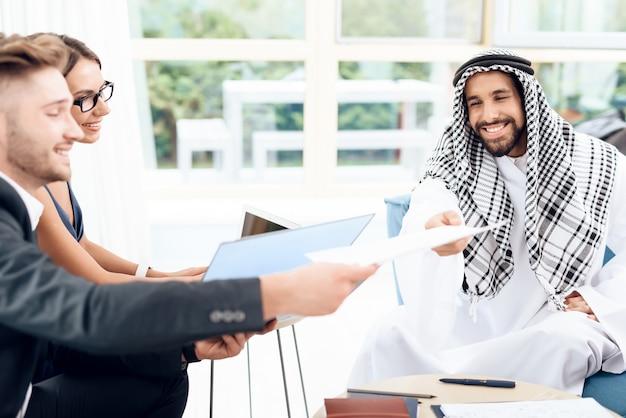Araber geben vertrag, den er unterschreiben muss.