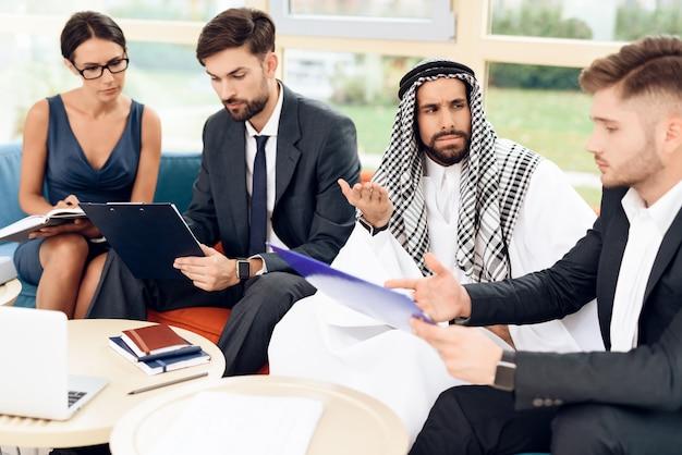 Araber kam ins land, um zu investieren, als er unglücklich ist.