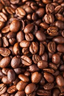 Arabica kaffeebohnen nahaufnahme. für bildschirmschoner, hintergründe, texturen, röster und kaffeeverkäufer.