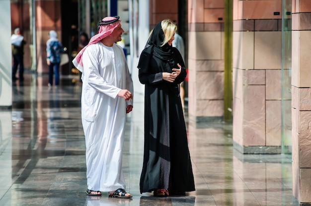 Arabisch junges glückliches paar mit einkaufstüten in der stadt.