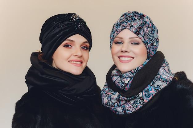 Arabische damen mit wollmütze