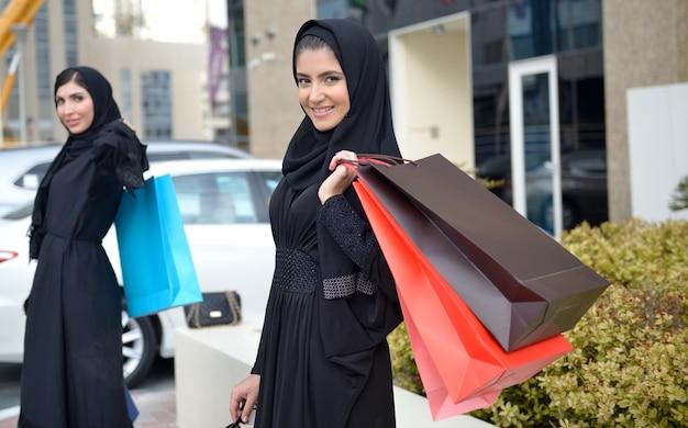 Arabische emarati-frauen kommen aus dem einkaufen