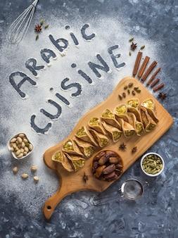 Arabische essenswand mit einer inschrift in der arabischen küche