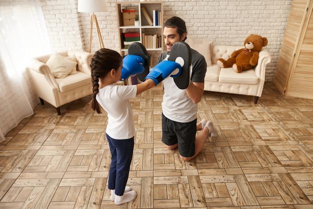 Arabische familie. mann und mädchen haben boxtraining.