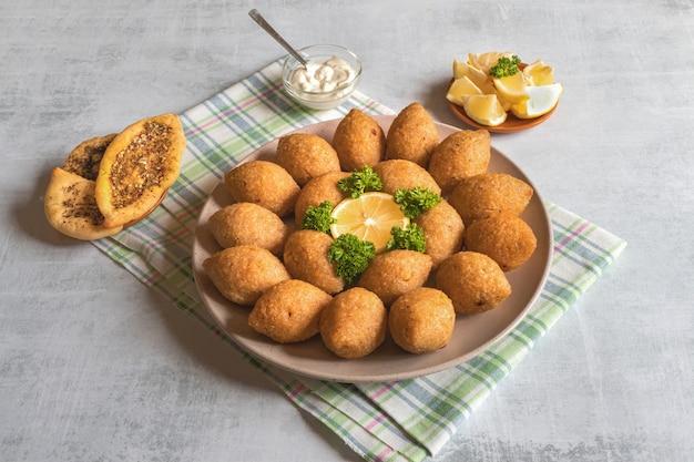 Arabische fleisch vorspeise kibbeh. traditionelles arabisches kibbeh mit lamm und pinienkernen.