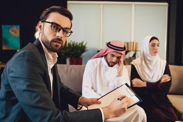 Arabische frau an der rezeption auf ehemann resent
