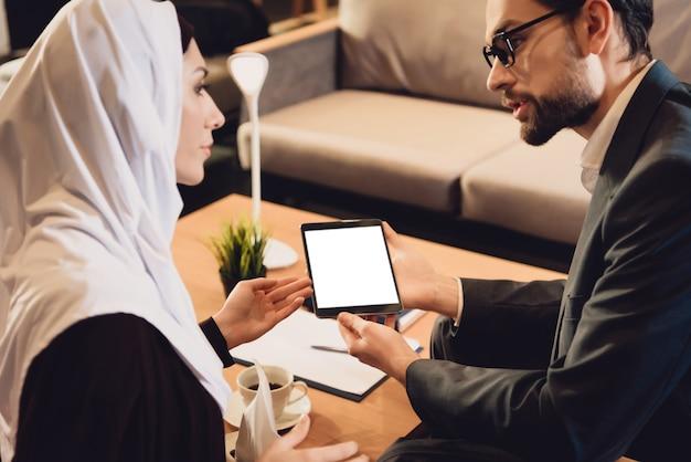 Arabische frau an der rezeption mit psychologen