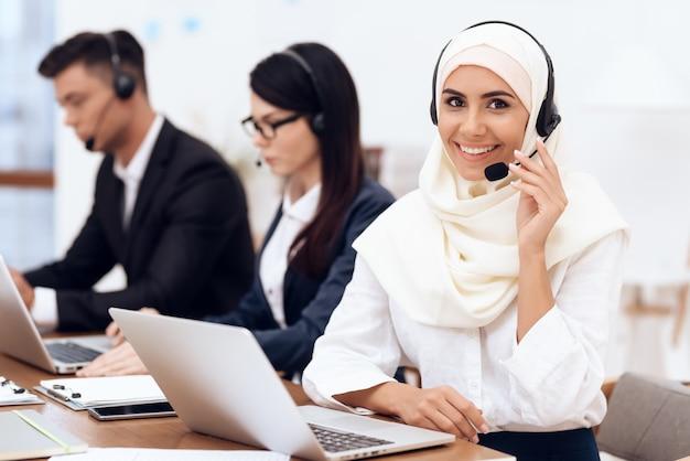 Arabische frau arbeitet in einem callcenter