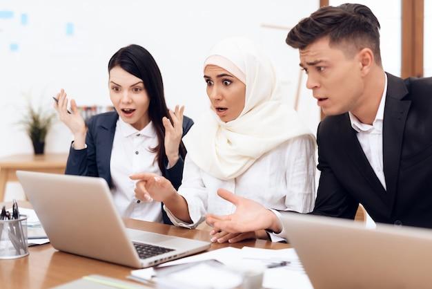 Arabische frau im hijab arbeitet im büro zusammen.