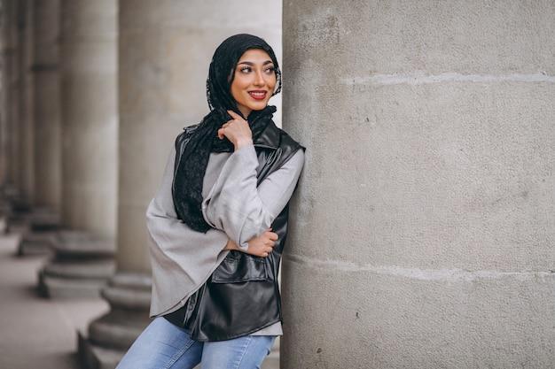 Arabische frau im hijab ouside in der straße
