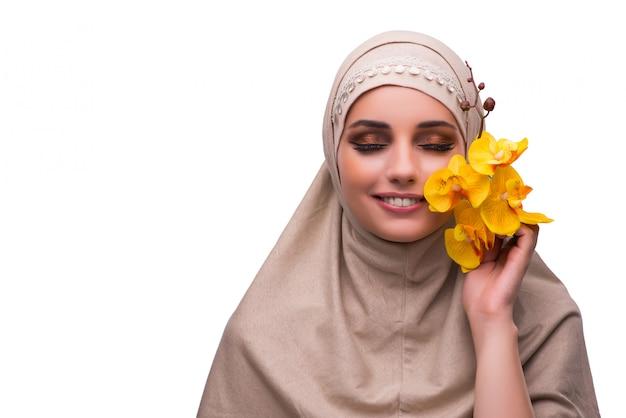 Arabische frau mit der orchideenblume lokalisiert auf weiß