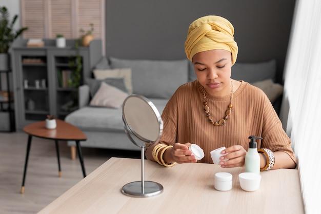 Arabische frau mit schönheitscreme. schönheitsbehandlung