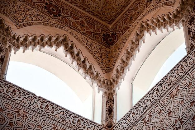 Arabische gebäudefenster mit graviertem ornament.