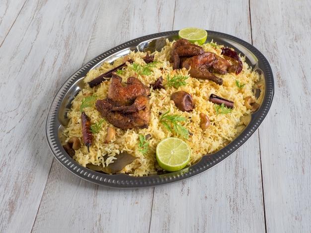 Arabische gerichte, eid rezepte. jemenitischer stil. festliches gericht mit gebackenem huhn und reis