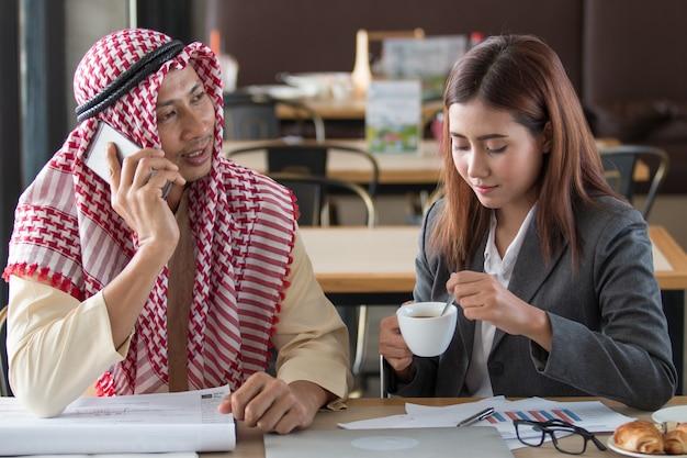 Arabische geschäftsleute in einer sitzung in coffee-shop