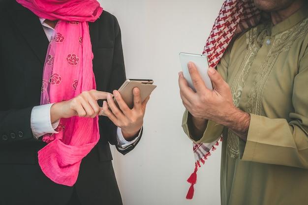 Arabische geschäftspaare, die im büro arbeiten