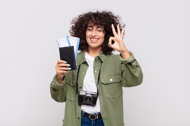 Arabische hübsche frau mit einem flugzeug und bordkarten